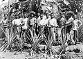 COLLECTIE TROPENMUSEUM Groepsportret van werkjongens en timmerlieden op de pastorie in Larantoeka TMnr 10001010.jpg