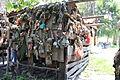 Caja de madera con muñecas colgadas.JPG