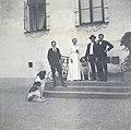 Caroline och Claes Lagergren med de två sönerna Carl (född 1899) och Johan (född 1898) samt familjens S-t Bernhardshundar på - Nordiska museet - NMA.0079505.jpg