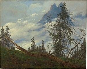 Crête de haute montagne avec les nuages de conduite