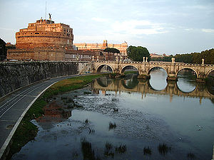 English: The Castel Sant'Angelo looms in the b...