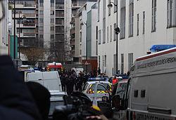 Journalistes, secouristes et policiers dans la rue Nicolas-Appert quelques heures après l'attentat contre Charlie Hebdo