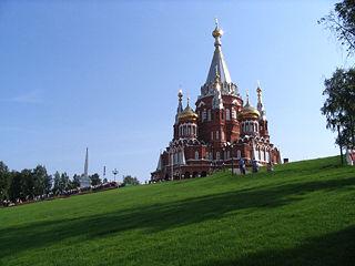 Σεπτέμβριος 2007  Ναός στο Ιζβέβσκ, πρωτεύουσα της Ουντμουρτίας. Το Ιζβέβσκ γιγαντώθηκε κατά το Μεγάλο Πατριωτικό Πόλεμο, όταν μεταφέρθηκαν βιομηχανίες από τα κατεχόμενα δυτικά εδάφη. Εκεί παράγεται και το τυφέκιο «Καλάσνικοβ ΑΚ-47».