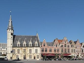 Dendermonde - Image: Dendermonde, torengebouw op de Grote Markt met panden foto 5 2010 10 09 14.56