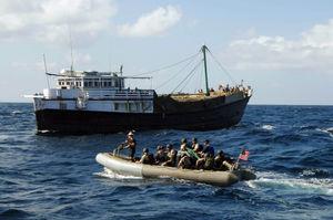 Contrôle d'un boutre indien par la marine américaine dans le cadre de la lutte contre la piraterie.