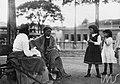 Duas mulheres, uma de costas, descansando em banco de praça - Vincenzo Pastore.jpg