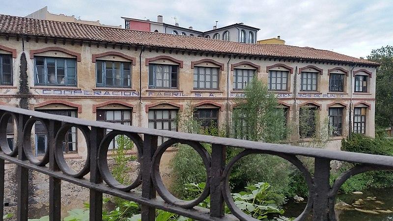 File:Edifici antiga Cooperació (Olot) - Cara del riu amb barana.jpg