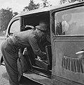 Een auto wordt gecontroleerd door douaniers, Bestanddeelnr 900-6019.jpg