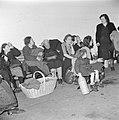 Emigranten (oliem) wachten na aankomst in Israel zittend op hun bagage op hun r…, Bestanddeelnr 255-1155.jpg