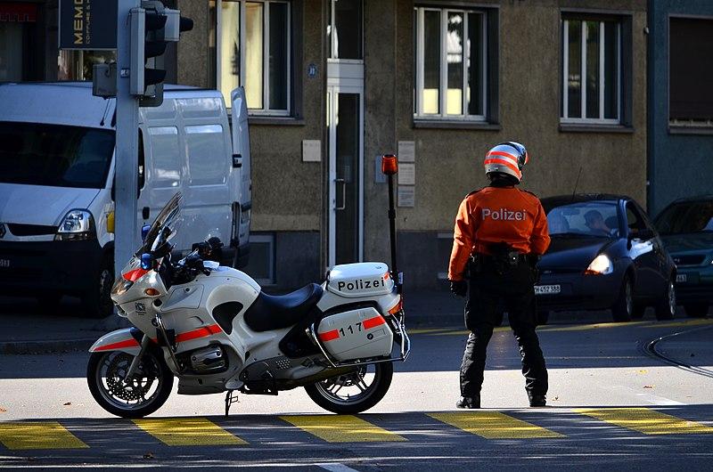 Группа мошенников, выдававших себя за полицейских, украла у жительницы Цюриха 3,6 млн. франков