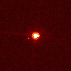 Eris und ihr Mond Dysnomia, fotografiert vom Hubble-Weltraumteleskop