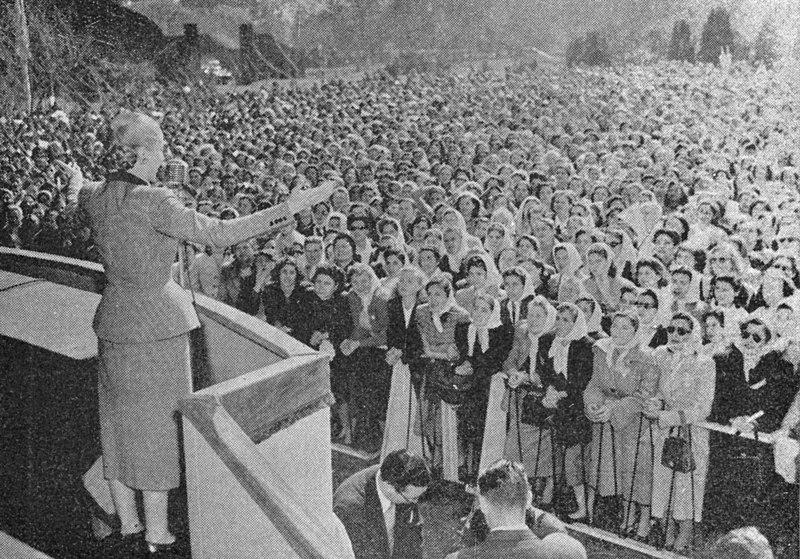 File:Evita dirigiéndose a una multitud de mujeres.jpg