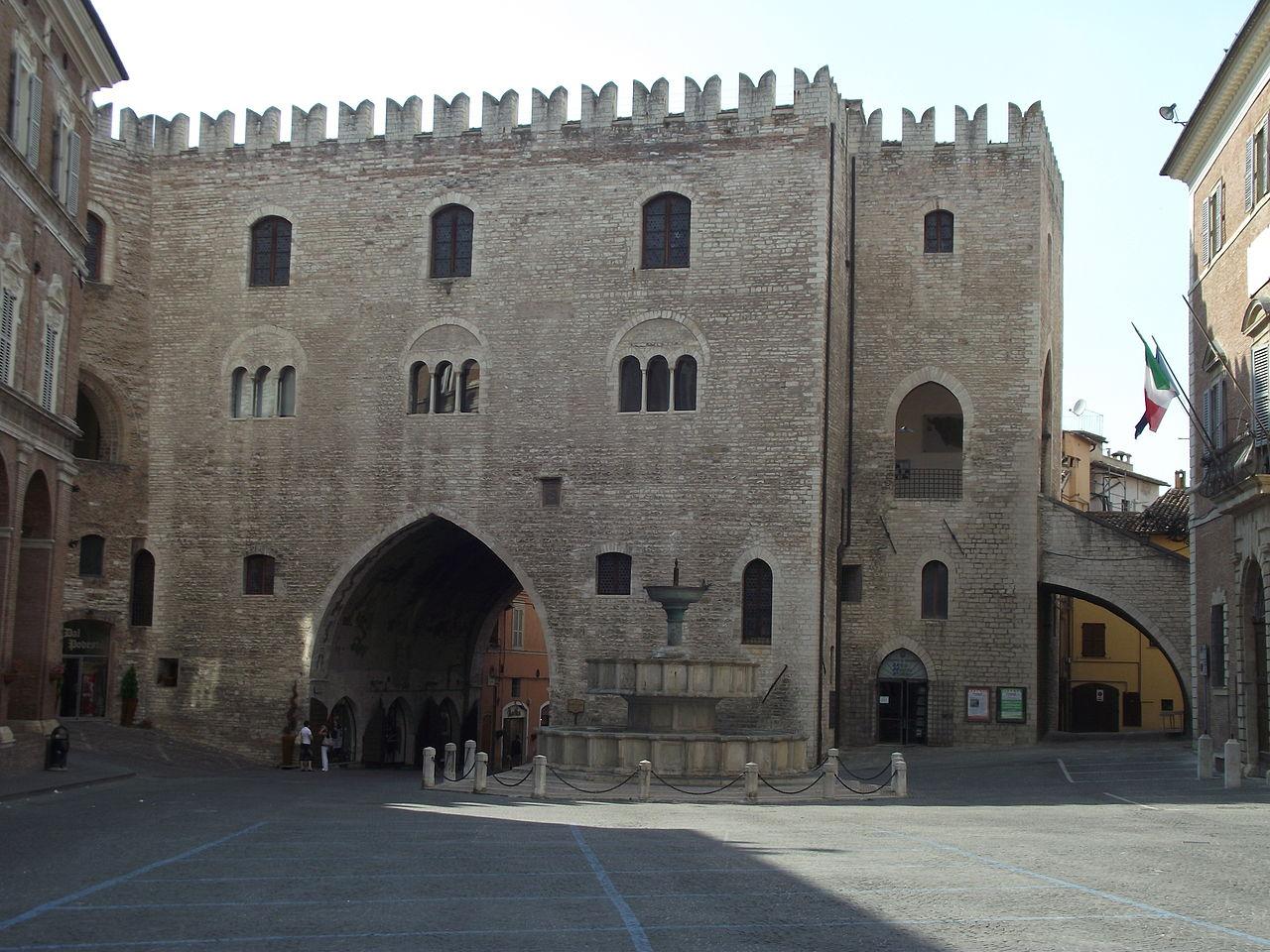 1280px-Fabriano%2C_Piazza_del_Comune%2C_Palazzo_del_Podestà%2C_1255_%282%29.jpg