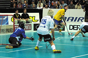 A floorball match between Sweden (yellow) and Finland (white)