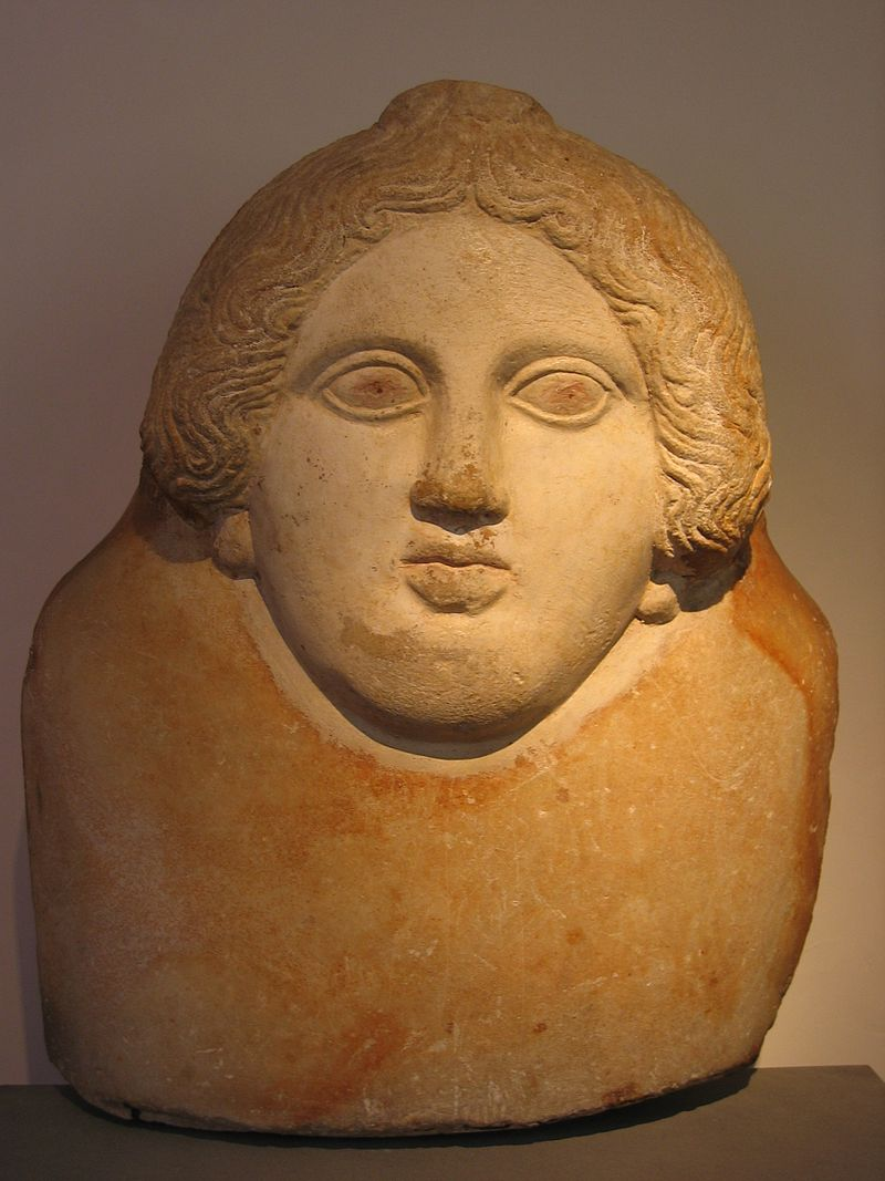 Frammento di coperchio di sarcofago antropoide, V-IV sec. a.C., marmo pario, Sidone.JPG