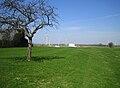 Fressenneville terre-plein de la motte (vue sur éoliennes) 2.jpg