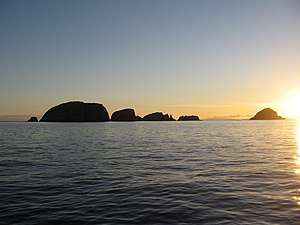 "Shiant Isles - Galtachan sunset. From left to right: Galta Beag, unnamed islet, Bodach (with the stooping silhouette of the ""old man"") Stacan Laidir and Galta Mòr."