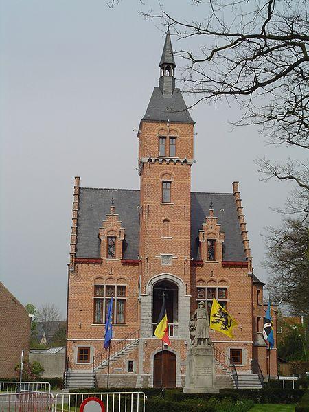 MERK OP: het monument van de gesneuvelden staat niet meer voor het gemeentehuis.