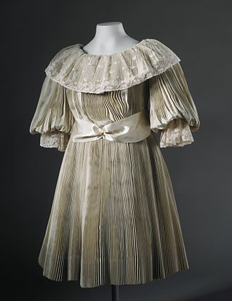 Pleat - Girl's dress with accordion pleating from 1895