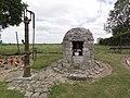 Goudelancourt-lès-Pierrepont (Aisne) oratoire et pompe d'eau.JPG