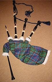 Skót duda felépítése: fent balra a befúvócső, mellette három burdonsíp, alul a dallamsíp