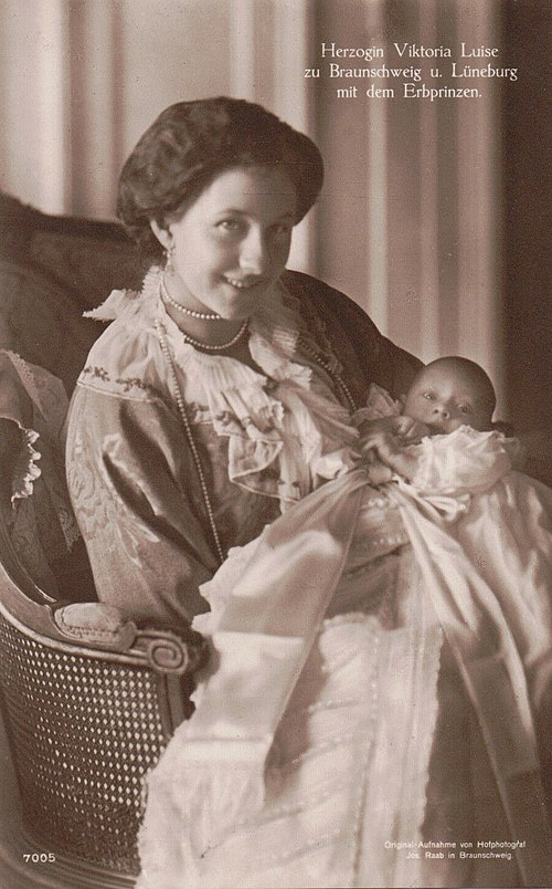 Ernest Augustus with his mother in 1914. Herzogin Viktoria Luise mit dem Erbprinzen, 1914.jpg