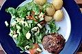 Hvidløgshakkebøf med salat og kartofler (4862606861).jpg