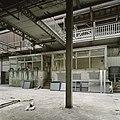 Interieur, zicht op de voorzijde van een kantoorruimte in de fabriekshal - Maastricht - 20385943 - RCE.jpg