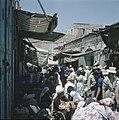 Jeruzalem Markttafreel in een smalle straat met aan weerzijden winkeltjes hebb, Bestanddeelnr 255-9272.jpg