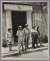Joris Ivens, John Fernhout en Robert Capa met wapens poserend tussen twee Chinese militairen tijdens de Chinees-Japanse oorlog, RP-F-2012-140.jpg