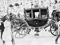 König Ludwig III. Von Bayern in einer Galawagen während seiner Krönung.jpg