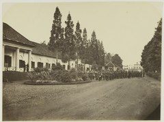 KITLV 26581 - Isidore van Kinsbergen - An army unit established for the officer's quarters at the palace of the Governor General at Buitenzorg - Around 1870.tif