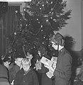 Kerstfeest van het Leger des Heils in Bellevue Kinderen krijgen geschenken, Bestanddeelnr 913-3369.jpg