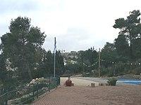 Kfar Vradim Auffahrt u. Vorpl. zur Massorthi-Synagoge.jpg