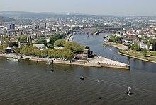 Une grande statue équestre se trouve dans la pointe que forment les deux rivières.