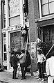 Krakers voeren voedsel aan via ladder, Bestanddeelnr 930-9713.jpg