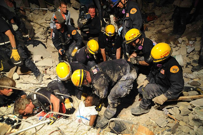 Tập tin:LA County SAR pulls Haitian woman from earthquake debris 2010-01-17.jpg