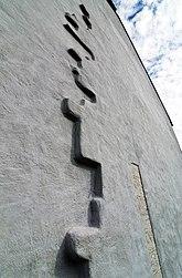 Fil:Lau kyrka västgavel detalj.jpg