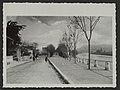 Le quai des marrronniers vers l'année 1905. a gauche on aperçoit l'amorce de la terrasse du Cercle de Crest fondé en 1806 qui est l'actuel bureau des P.T.T. (34716099135).jpg