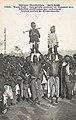 Les griots portent en dansant des fillettes costumées (Guinée).jpg