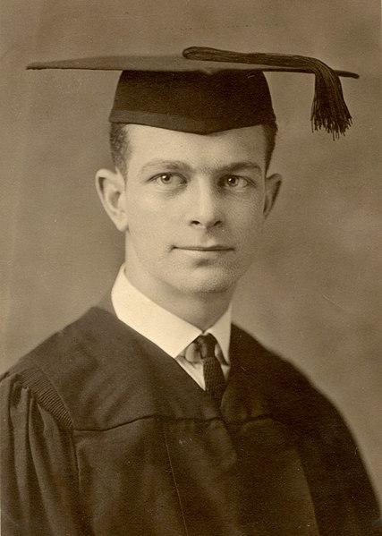 File:LinusPaulingGraduation1922.jpg