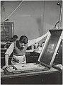Litografian painamista graafisen taiteen osastolla, 1930-luku. Taideteollisuuskeskuskoulun opetustilanteita.-TaiKV-09-013.jpg