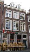 foto van Huis met drie kruiskozijnen van Naamse steen in de gevel aan de Ruiterstraat.