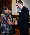 Macri saludando a Rigoberta Menchú.jpg