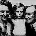 Marconi con moglie e figlia.jpg