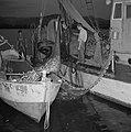 Met sardines gevulde visnetten worden binnen boord gehaald, Bestanddeelnr 255-2878.jpg