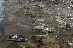 aéroglisseur de l'US Navy apportant des secours sur la côte dévasté de Sumatra