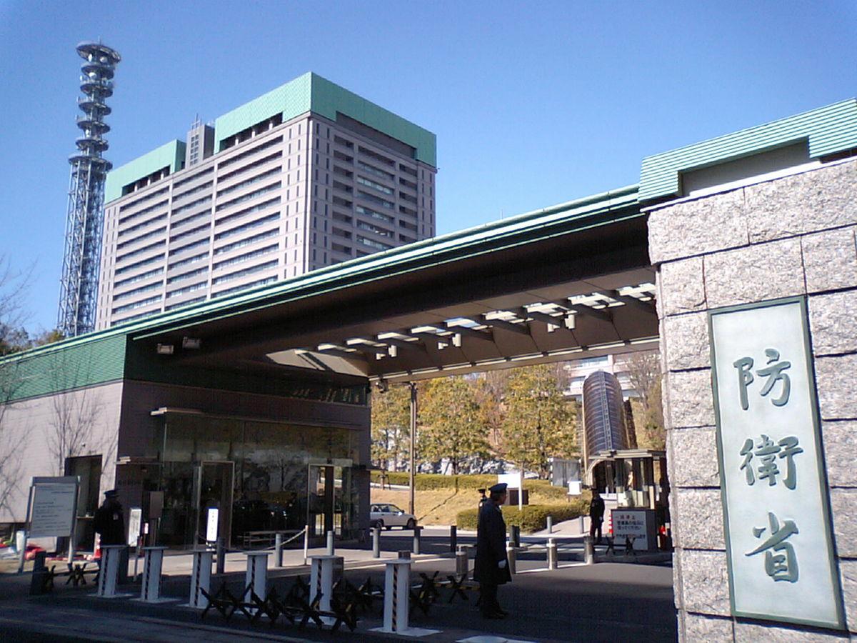 防衛省が設置される防衛省庁舎A棟(左奥)と 防衛省庁舎正門(手前)