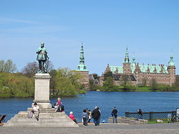 Monument to Frederik VII in front of Frederiksborg Castle.JPG