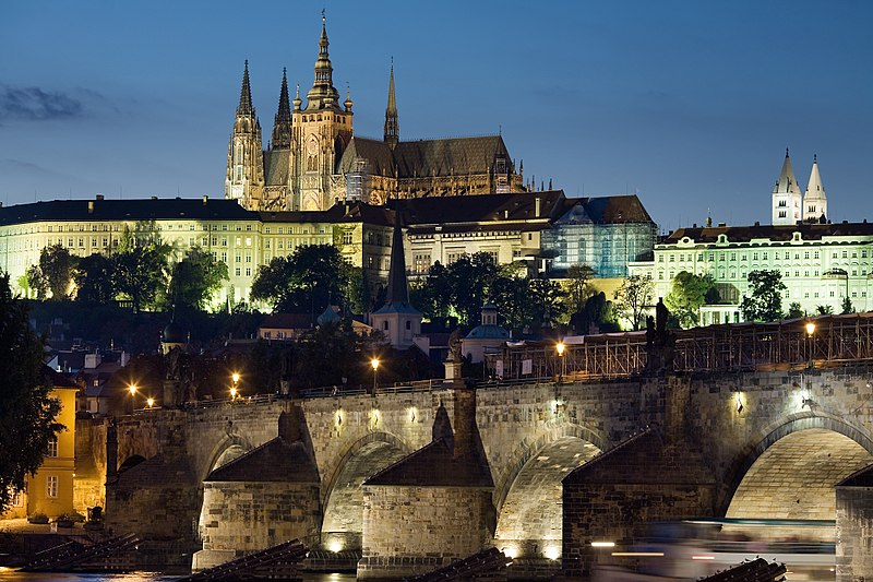 Chateau de Prague et Pont Charles la nuit : Une des nombreuses raisons de venir à Prague depuis la Bretagne.